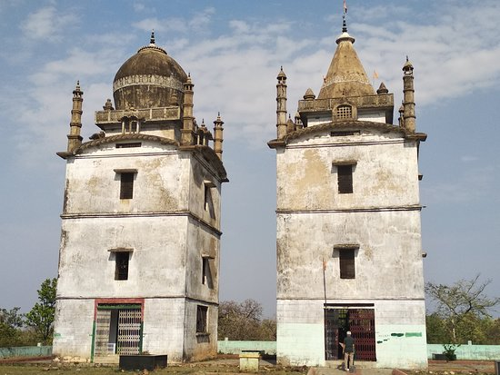 Ranchi District, อินเดีย: Sarva Dharma Sthal in McCluskieganj. Temple on the right and Mosque on the left