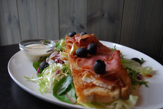 Vollan Gjestestue: Toasted sandwich served with brie and homemade, smoked ham. Comes with salad and garlic dressing.