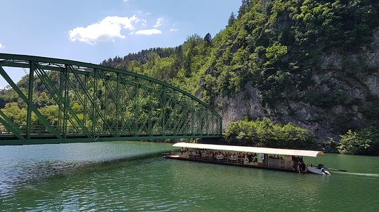 """Radece, Slovénie : An experience we think anyone should be a part of at least once in a lifetime! Timber raft cruises on Sava river. Visit Radeče for """"Timber raft days"""" on June 21 – 23 and get the most from your timber raft experience."""