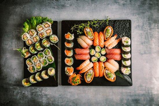 Hama Sushi: 124.Familie pakke 64stk 445,00 kr. Nigiri: 4 laks, 4 tun, 4 hamachi, 4 rejer, 4 tofu Maki: 16 uramaki, 20 futomaki og 8 hosomaki (udvalg af køkkenet).