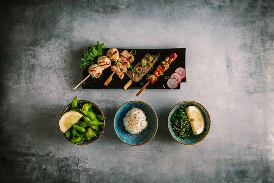 Hama Sushi: 127.Flaming meat 155,00 kr. 1 kyllingebryst , 1 oksefilet, 1 kyllingekødboller (med spicy sauce unagi sauce 1 asparges med bacon. Ris, edamame bønner, og tangsalat.