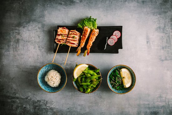 Hama Sushi: 128.Flaming seafood 155,00 kr. 2 laks med spicy sauce unagi sauce 2 rejer med spicy sauce unagi sauce . Ris, edamame bønner, og tangsalat.