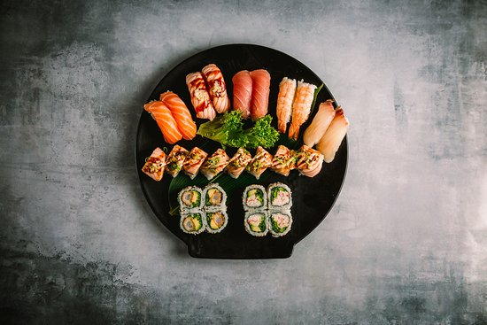 Hama Sushi: 129.Hama Savory 24 stk 315,00 kr. Nigiri: 2 tun, 2 laks, 2 laks flammegrillet med hvidløg, 2 hamachi, Maki: 1 uramaki rulle og 1 kaburimaki rulle (efter eget ønske).