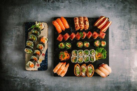 Hama Sushi: 130.Hama Party 48 stk 585,00 kr. Nigiri: 3 tun, 3 laks, 3 laks flammegrillet med hvidløg, 3 hamachi, 3 rejer med masago, 3 tofu med purløg, Maki: 1 rispapir rulle, 1 uramaki rulle, 1 kaburimaki rulle og 1 futomaki rulle (efter eget ønske).