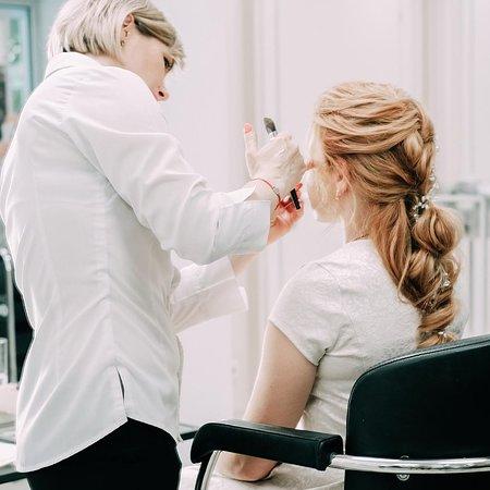 Визаж – это отличный способ создать неотразимый и завершенный образ. Мастера нашего салона учтут Ваши вкусы, индивидуальные черты внешности и совместят с последними тенденциями моды. В итоге Вы получите стойкий, желаемый и великолепный макияж. В перечень услуг входит не только макияж для женщин и девушек, а так же для детей.  Дневной макияж  Вечерний макияж  Макияж для особых случаев  Подбор макияжа  Подбор макияжа для особых случаев  Детский макияж