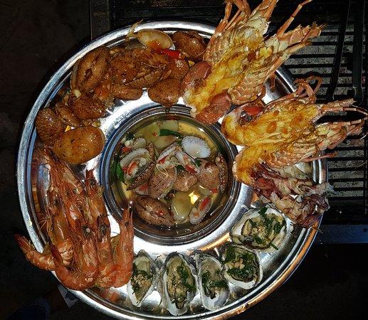 Aloha Lau Nhung Xien Que: mix seafood tray