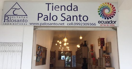 Puerto Lopez, Ecuador: This is tienda PaloSanto.  It seems that they renovated the store (tienda) with many new products.  it is simply great