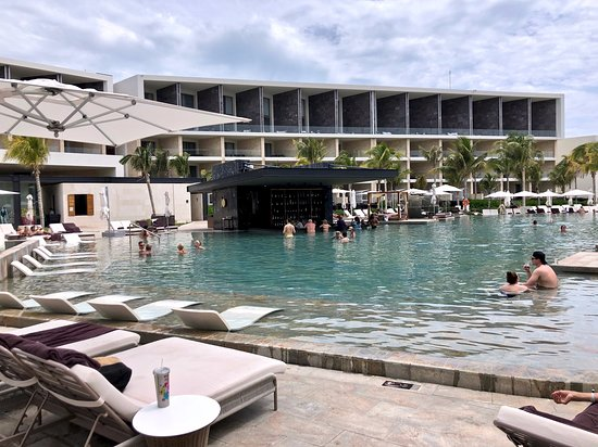 TRS Coral Hotel: Pool Bar