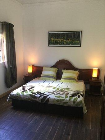 Les Avirons, Reunion: Chambre spacieuse avec très grand lit chambre  Bois senteur