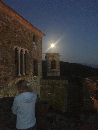 Castiglione, Italie : Castello del Terziere bij volle maan