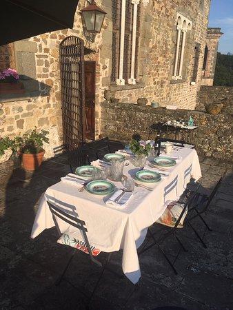 Castiglione, Italie : Het terras van Castello del Terziere gedekt voor het diner