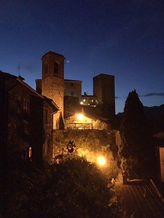 Castiglione, Italie : Castello del Terziere gezien vanuit ons appartement bij nacht. Het appartement wordt verhuurd door de eigenaresse van het kasteel.