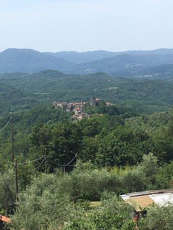 Uitzicht vanaf Groppo op Castiglione del Terziere met een prominente plaats voor het kasteel. Het omnringende landschap van de Lunigiana is overweldigend groen, vol met de hele dag fluitende vogels.