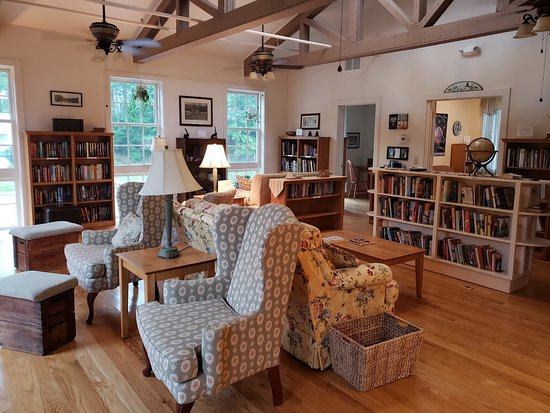 Capon Springs and Farms: Comfy Library!  Bring a book, take a book!  RELAX.