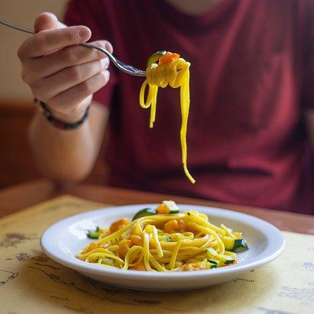Linguine allo zafferano con gamberetti e zucchine.