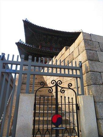 門のところ