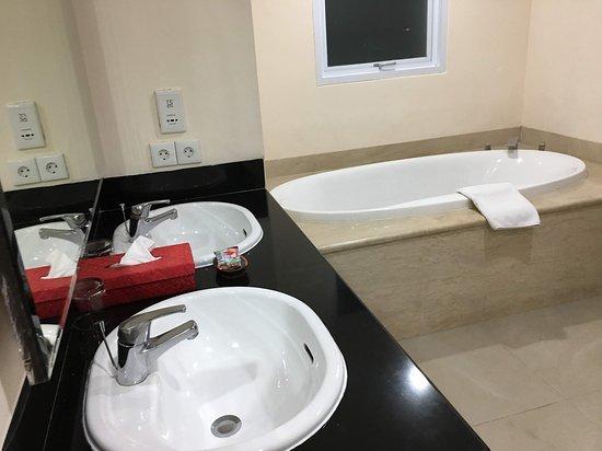 バスルーム バスのお湯があふれやすい 濡れると床が滑る 歯ブラシ、ヘアブラシ等アメニティ無