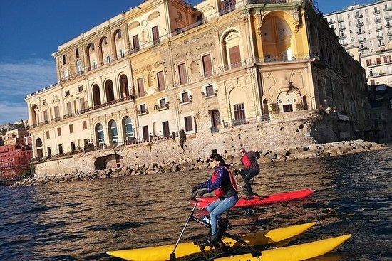 在水自行車的那不勒斯海岸線