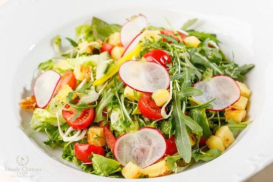 Čerstvý šalát s karamelizovaným domácim syrom, ovocná zálievka  Fresh salad with caramelized home-made cheese and savory fruit dressing