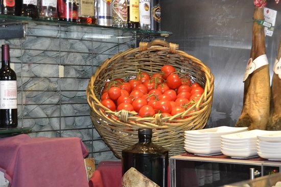 Autentico tomate de rama de la huerta murciana, recien rallados para enriquecer los platos de jamón con pan de cristal tostado
