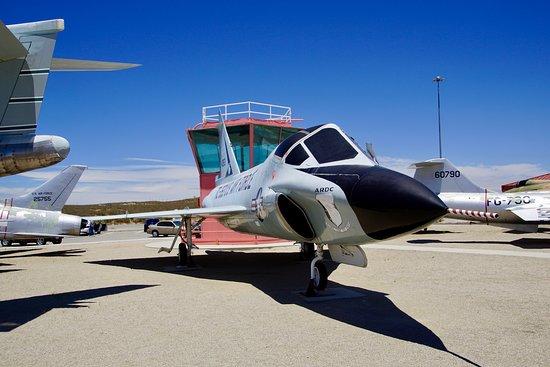 Edwards, แคลิฟอร์เนีย: Century Circle met de F-102, F-104 en staarten van de F-101 en F-100