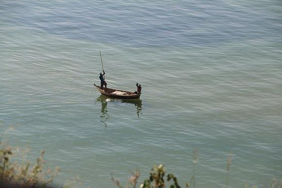 Ntoroko, ยูกันดา: PECHEUR SUR LE LAC ALBERT Sur la route de l'Ouganda profond entre le Murchison National Park et le parc Queen Elisabeth n'hésitez pas à faire une halte sur le Lac Albert , pour apprécier les pêcheurs de nuit ! https://youtu.be/U-0wR38x-1o VOTRE PROGRAMME PERSONNALISE  DE VISITE  DE L'OUGANDA SUR DEMANDE AUTOURDUMONDE2023@GMAIL.COM  LES COORDONNES DE NOTRE CHAUFFEUR GUIDE PAUL  SUR DEMANDE  SUIVEZ NOUS SUR FACEBOOK @PHILVERH https://www.facebook.com/philverh/?modal=admin_todo_tour