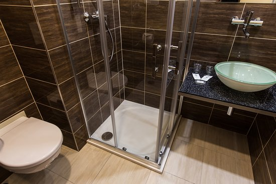 Bathroom with a shower and toilet in the double rooms