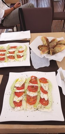 Parabita, Italie: Oggi Caprese Fresh... Mozzarella fiordilatte, pomodori paesani km 0, cocomeri paesani km 0, olio e origano.  Fresca e gustosa!