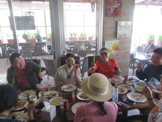 Zamurd Cafe & Restaurant: friendly groups