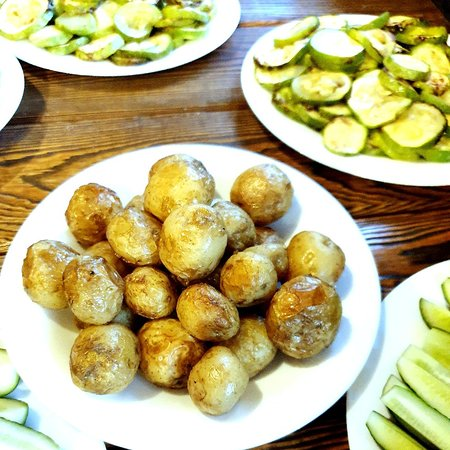 Сколько раз на привале Мыкартошкупекли, Пировать-пировали, Разговоры вели.Ах,картошка,картошкаВ кожуреуголек, Золотистые искры ....