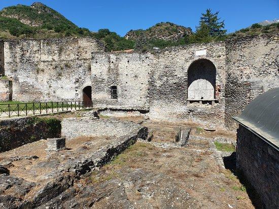 Susa, Italië: Interior y muralla del castillo