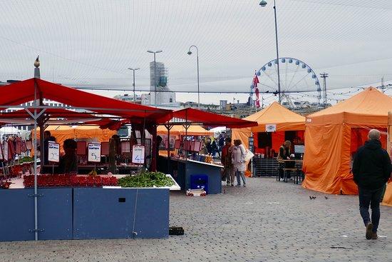 オレンジ色のテントが並ぶ青空市場