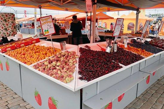 入口近くには、桃やサクランボ、アプリコットなど季節の果物や野菜が売られていた。