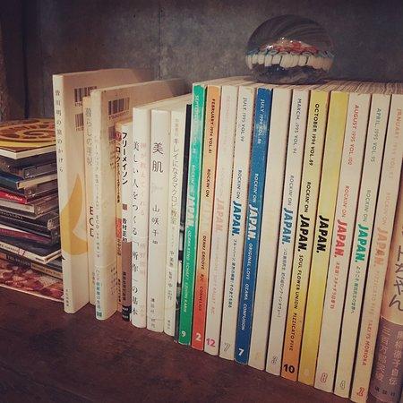 雑誌などさまざまなジャンルの本があります。