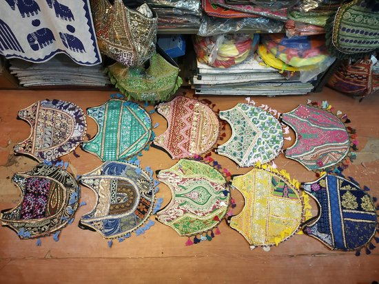 Udajpur, Indija: Hand embroidery Banjara Boho Bags. More colors available.