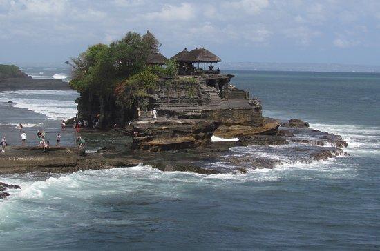 Veduta del suggestivo tempio di Tanah Lot
