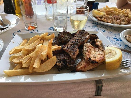 Agia Fotia Taverna: Griechische Platte
