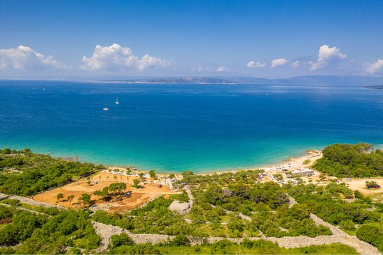 Punat, Croatia: Beach Medane - ideal beach for families and fun, bar with great food, drinks, pool and kid's playground