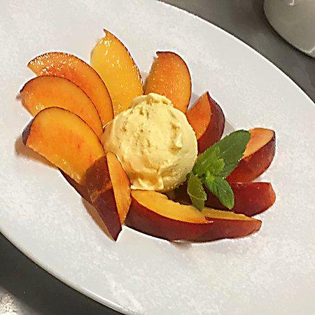 Rosella di pesche in profumo di menta e gelato alla vaniglia. ---  Peach with smell of mint and vanilla ice cream.