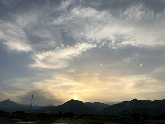 """Trebisacce, Taliansko: Il sole che tramonta dietro il """"Pollino """".."""