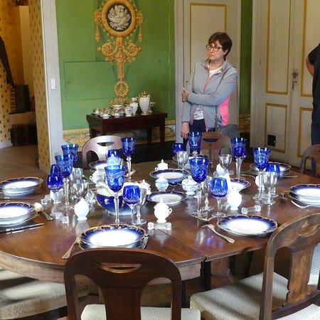 Salle de récetion avec  superbe vaiselle d'époque de Limoges