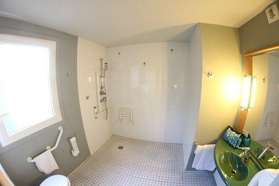 Sausheim, Frankrike: Kamer 23 beschikt over een bijzonder ruime badkamer.