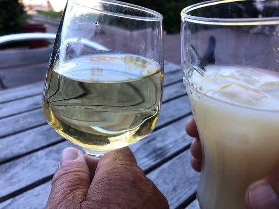 Sausheim, Frankrike: Borreltijd op het terras: pastis en witte wijn.