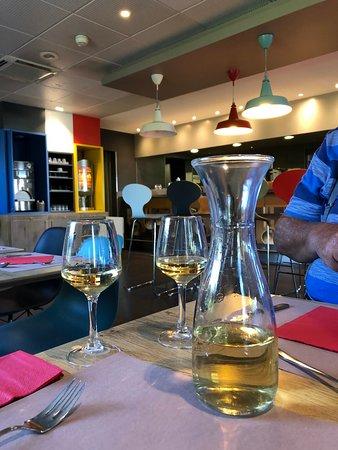 Sausheim, Frankrike: We beginnen met een glaasje lekkere wijn.