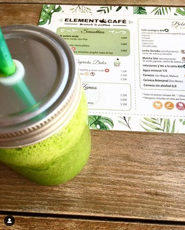 Fresh detox juice: spinach, pineapple, ginger and celery