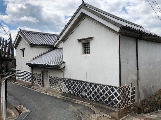 Kyu Sawaharake Jutaku Mitsugura