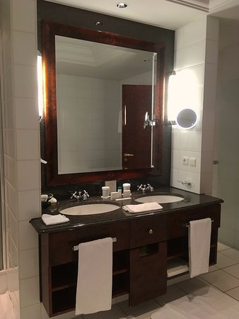 Suite 231 - twin sinks & access to second toilet