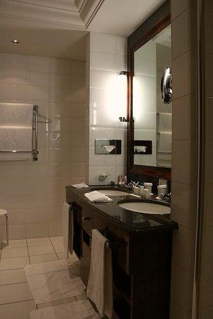 Hotel Taschenbergpalais Kempinski: Suite 231 - toward the shower