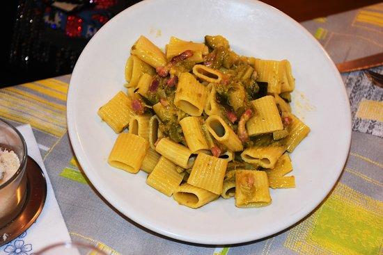 Albergo Ristorante La Vittoria: Mezze maniche con zucchine, asparagi e pancetta... buoni anche queste.