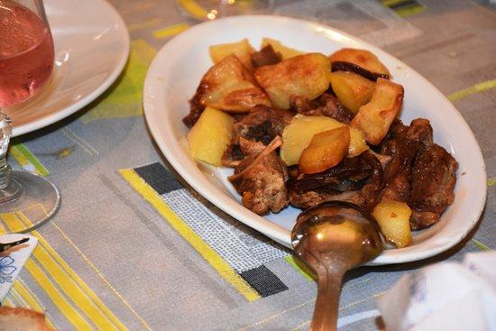 Albergo Ristorante La Vittoria: Agnello al forno con le patate  molto buono.